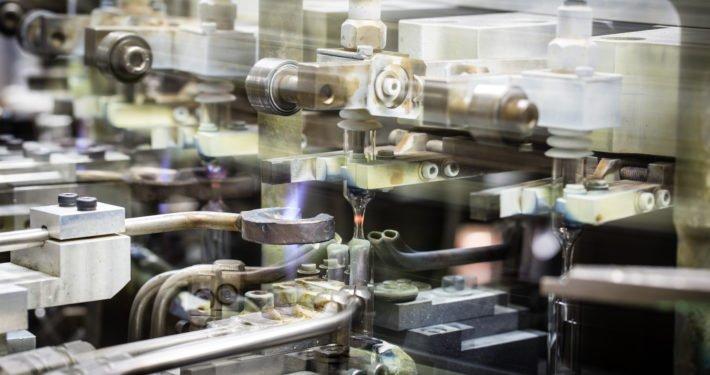 Kneifmaschine für die Lampenherstellung bei vosla